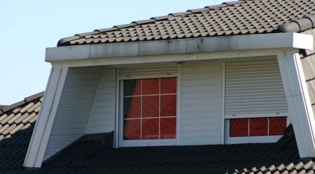 Czym zasłonić okno w dachu