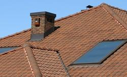 Trudny detal w dachu - uszczelnienie komina. Jak je wykonać?