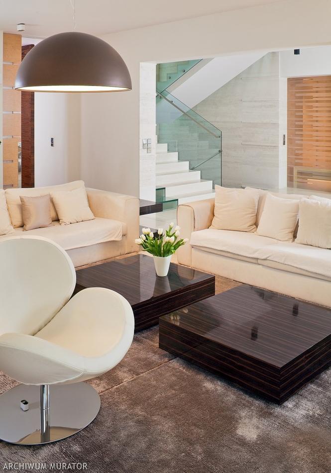 Przykładow aranżacje salonu - schody ze szklaną balustradą