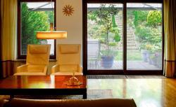 Grzejnik schowany w podłodze. Grzejniki kanałowe idealne do domów z dużymi oknami