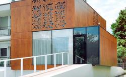 Elewacja domu z fornirowanych płyt HPL. Spektakularny remont starego domu kostki