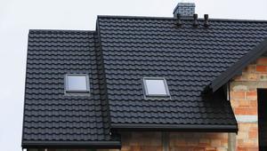 Blachodachówka modułowa. Montaż blachodachówki na dachu skośnym krok po kroku - listwa startowa i montaż paneli