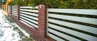 Remont ogrodzenia. Jak naprawić słupki, podmurówkę i przęsła?