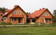 Przed budową domu sprawdź minimalne odległości jakie należy zachować od granicy działki, od sąsiednich budynków i od okolicznej infrastruktury