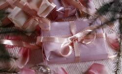 Pakowanie prezentów świątecznych. 11 pomysłów na ozdobnie zapakowany prezent