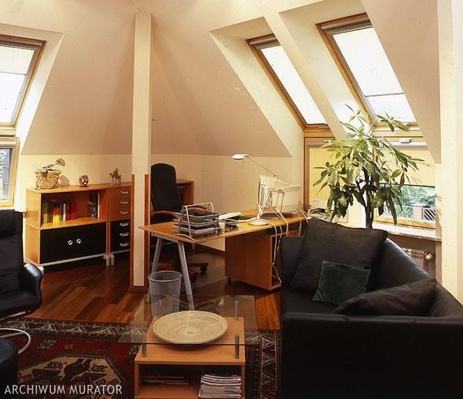 Poddasze - idealne miejsce w domu na gabinet. Porady, jak urządzić wygodne miejsce do pracy
